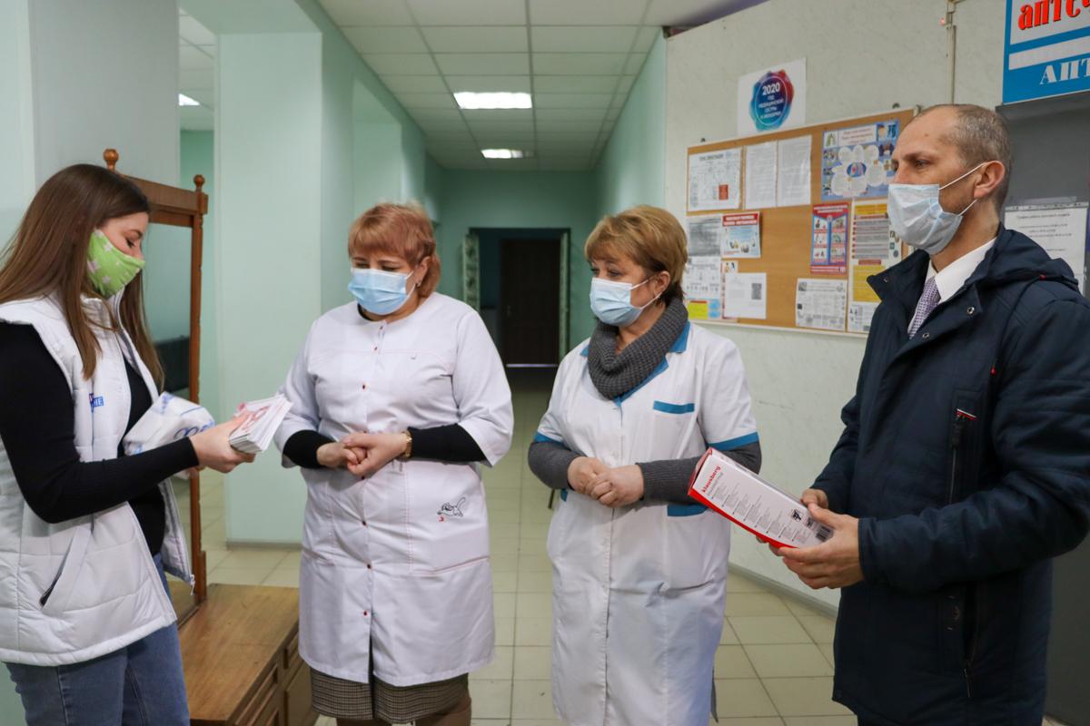 Активисты ОД «Мир Луганщине» и депутат провели акцию «День любимых женщин» в Луганске