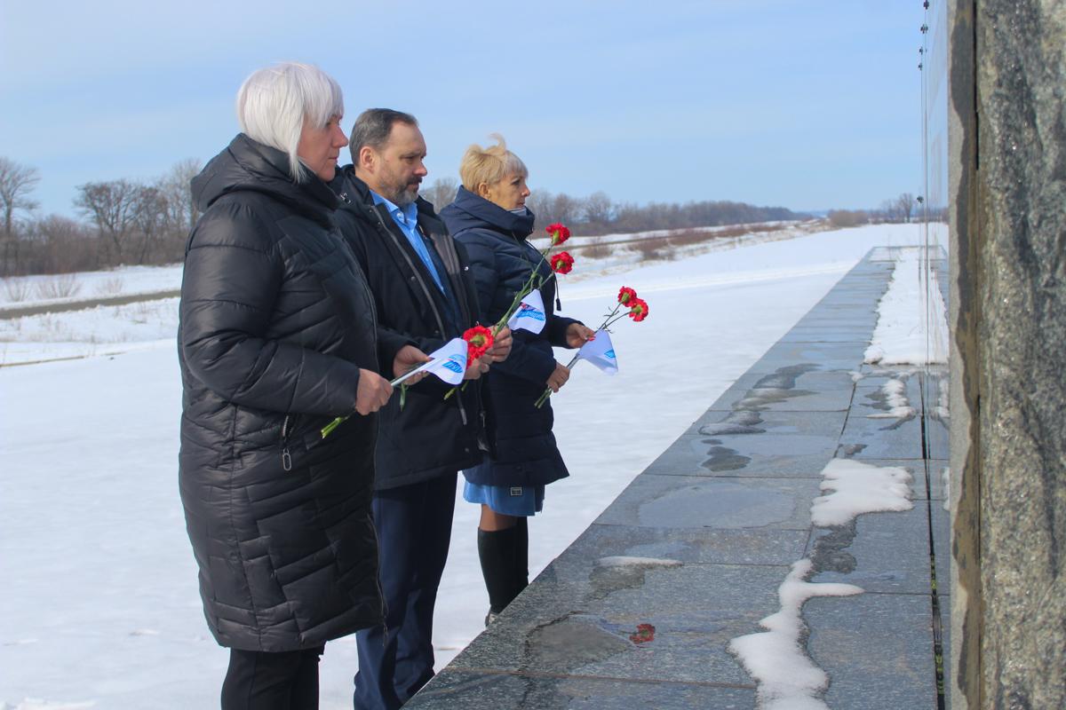 Активисты возложили цветы к памятнику «Комбат» в Славяносербске
