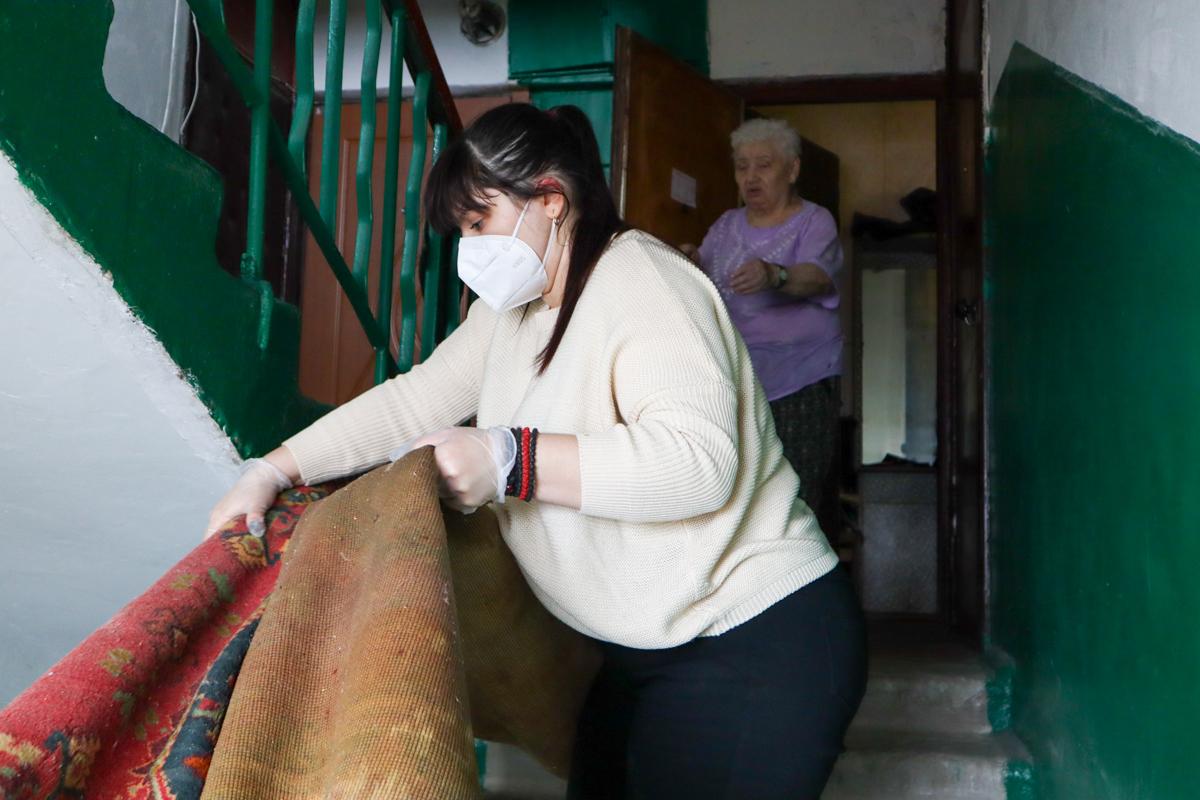 В рамках акции «Начни с себя» помощница координатора проекта «Мы помним!» помогла жительнице Луганска
