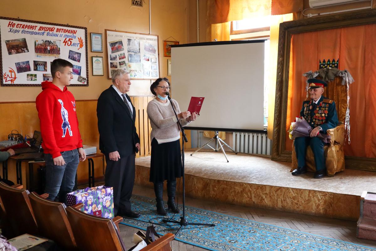 В Луганске поздравили ветерана Великой Отечественной войны с 95-летием