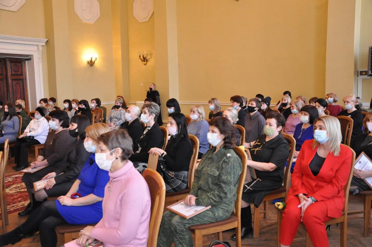 Женщин Стаханова поздравили с наступающим Международным женским днём 2