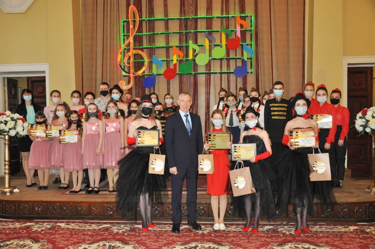 В Стаханове наградили финалистов вокального конкурса и поздравили работников культуры с профессиональным празднико