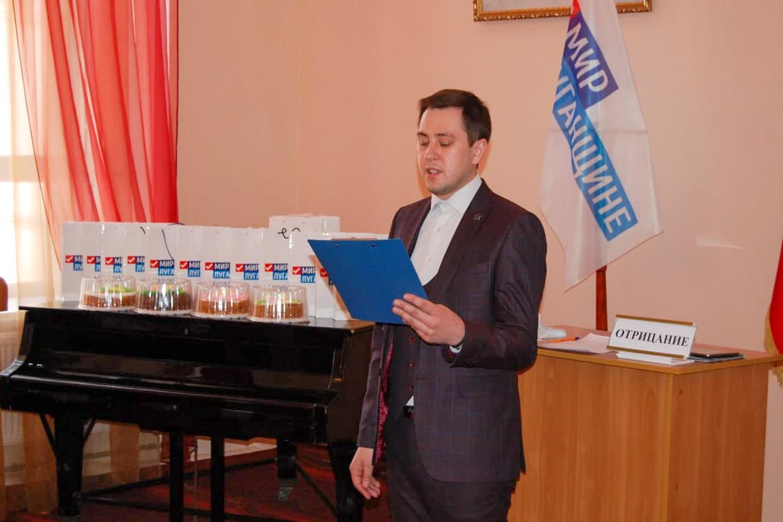 В Стаханове прошел дебатный турнир, посвященный Дню защитника Отечества