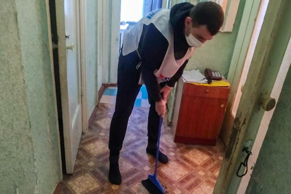 Руководитель Аппарата РИК ОД «Мир Луганщине» помог ветерану из Луганска в рамках акции «Начни с себя»