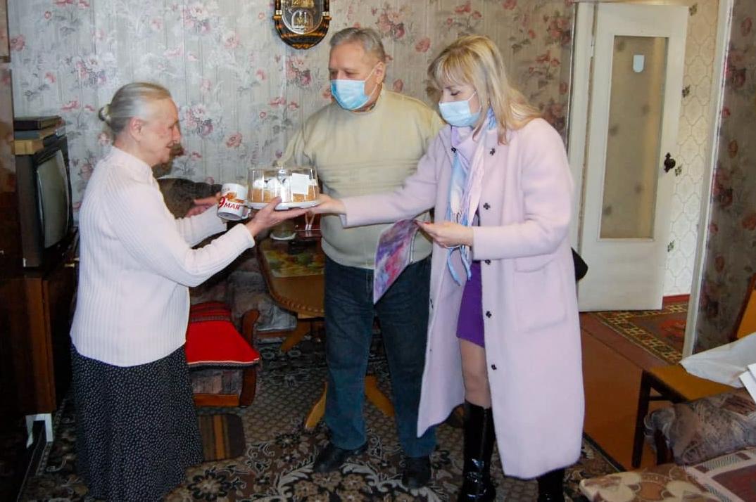 Ветерана из Стаханова активисты ОД «Мир Луганщине» поздравили с 80-летием 2