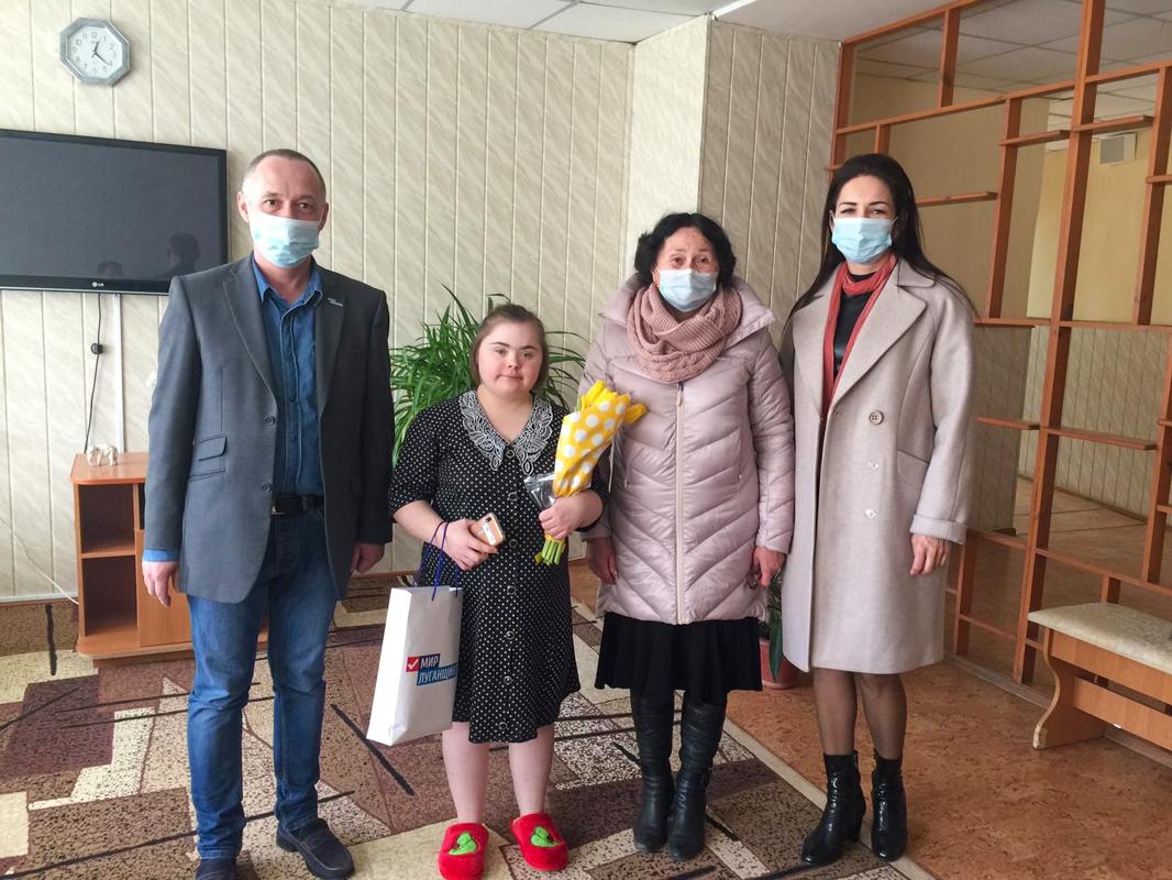 Представители ОД «Мир Луганщине» поздравили с 20-летием девушку, которая оказалась в сложной жизненной ситуации
