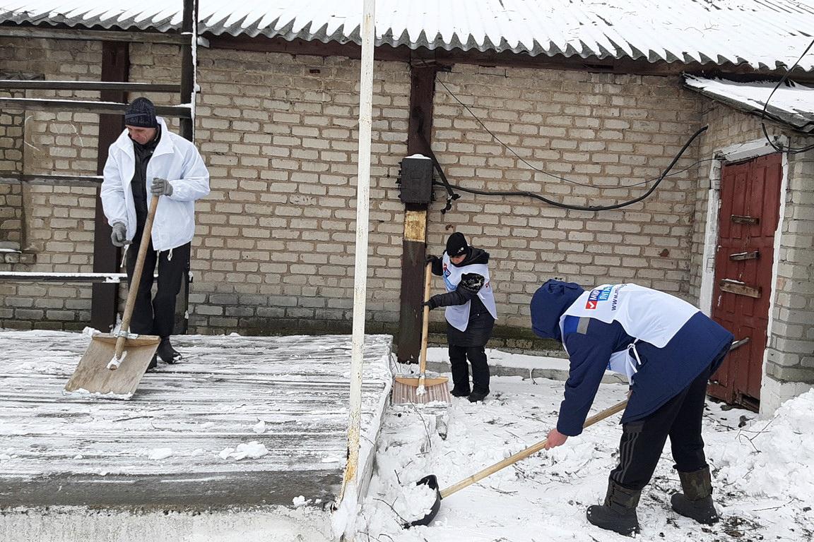 Активисты ОД «Мир Луганщине» расчистили от снега территорию клуба посёлка Вёргулёвка