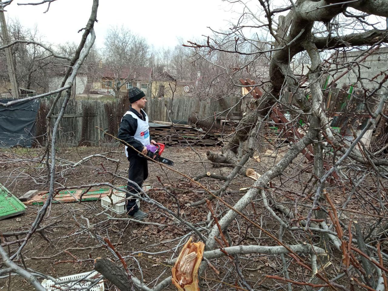 Работники ОД «Мир Луганщине» в рамках акции «Начни с себя» оказали помощь жителям Республики 9