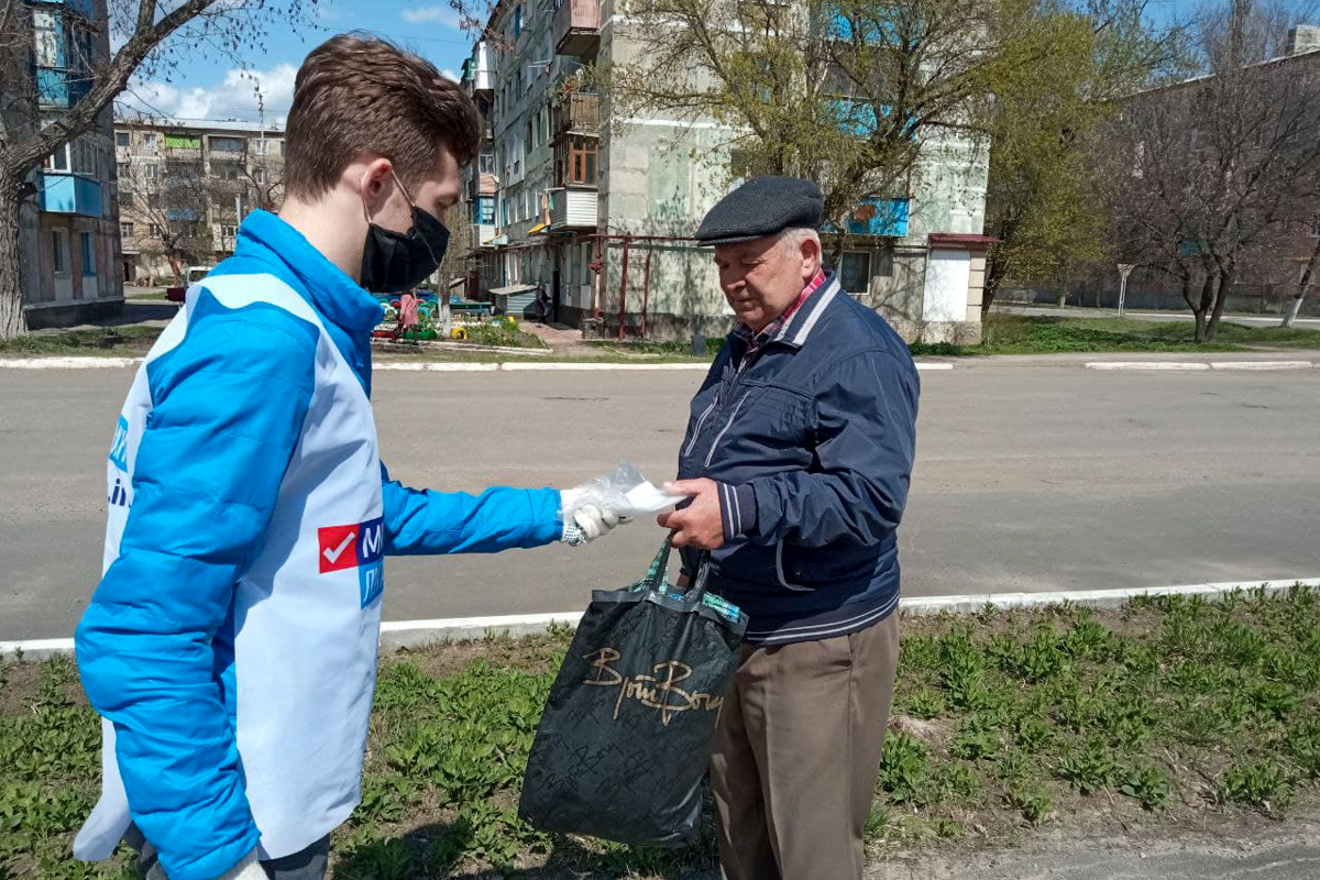 Жителям Кировска раздали защитные маски 3