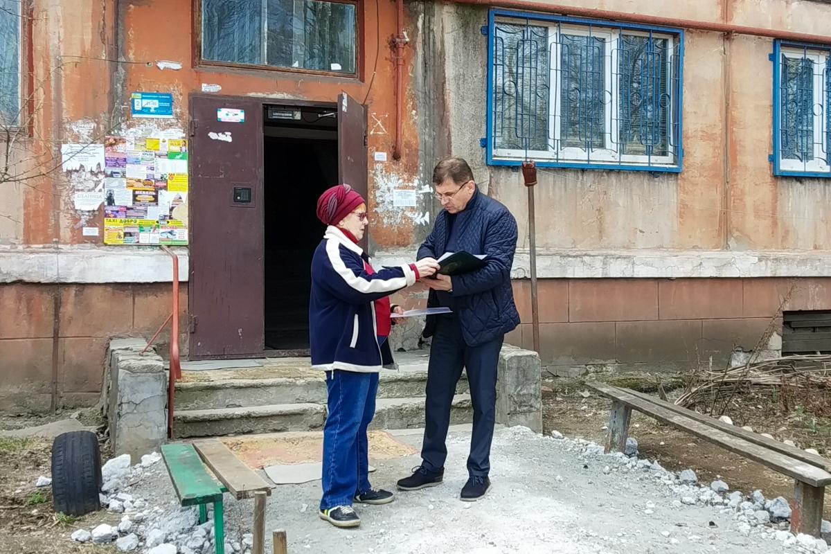 В Алчевске Роман Лысенко встретился с жильцами многоквартирного дома, которые обратились к нему за помощью