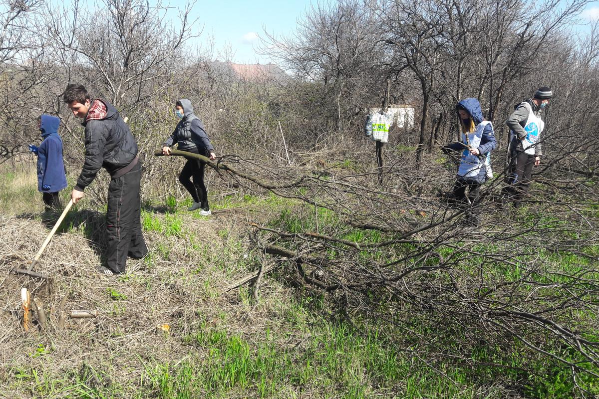 Краснолучские активисты провели субботник на кладбище посёлка Хрустальное