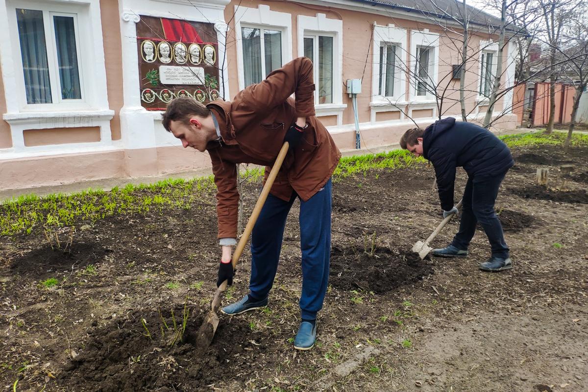 В Краснодоне активисты провели субботник у дома, в котором жил Олег Кошевой