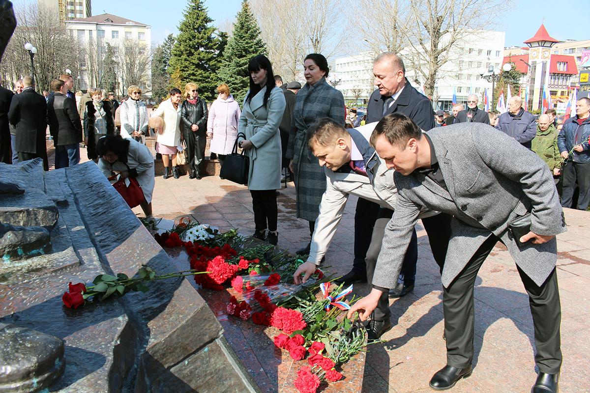 В Луганске отметили седьмую годовщину взятия под контроль здания управления СБУ 8