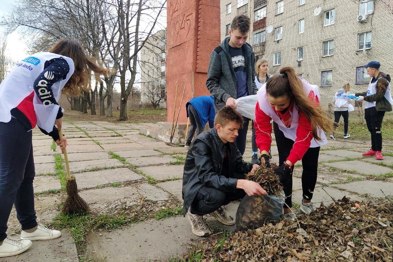 Активисты проекта «Молодая Гвардия» привели в порядок территорию Обелиска Победы в Перевальске