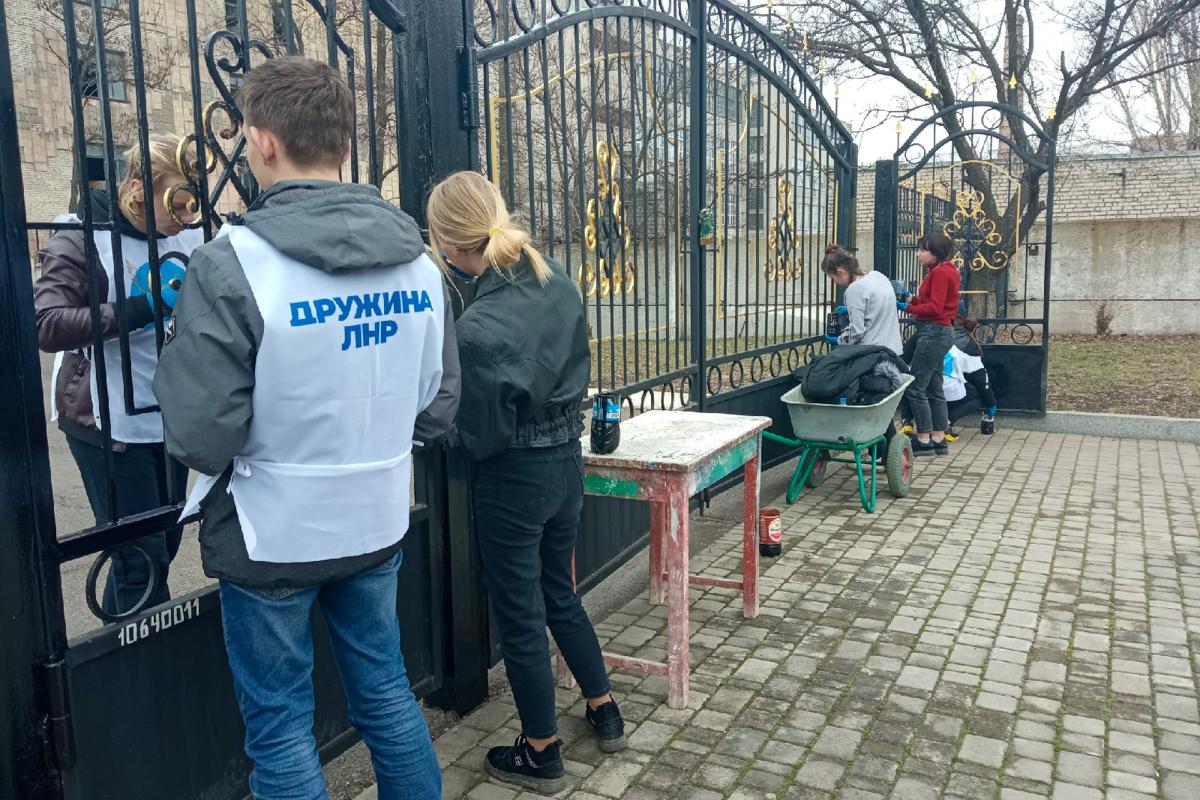 В Свердловске активисты проектов «Молодая Гвардия» и «Дружина» ОД «Мир Луганщине» провели субботник в парке
