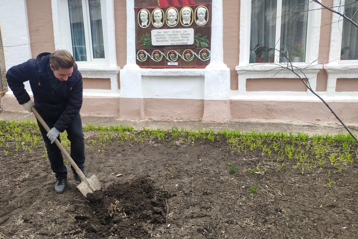 В Краснодоне активисты провели субботник у дома, в котором жил Олег Кошевой 2