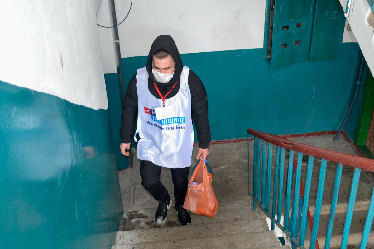 В Ровеньках активисты помогли жительнице города в рамках акции «Рука помощи»