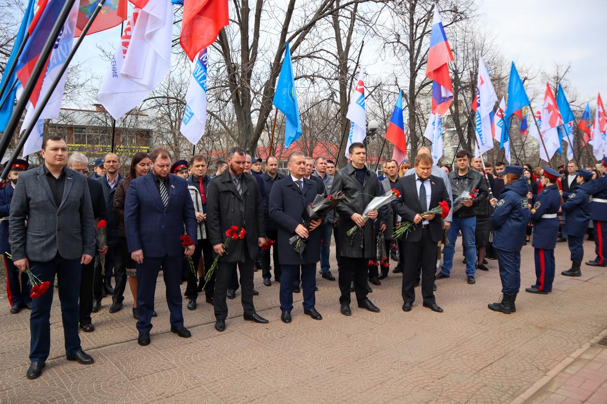 Память жертв украинской агрессии почтили в Луганске 6