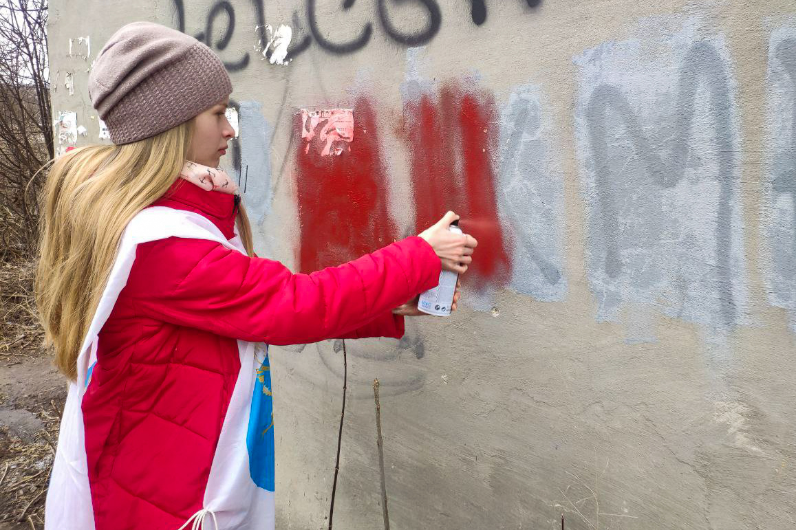 В разных городах ЛНР активисты ОД «Мир Луганщине» закрасили 24 надписи с адресами Telegram-каналов наркоторговцев