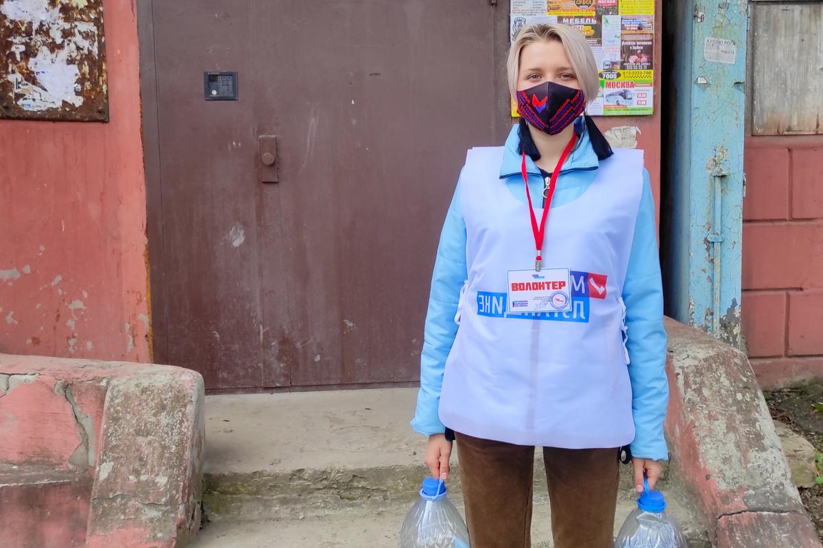 Волонтеры акции «Рука помощи» помогли пожилой жительнице Алчевска