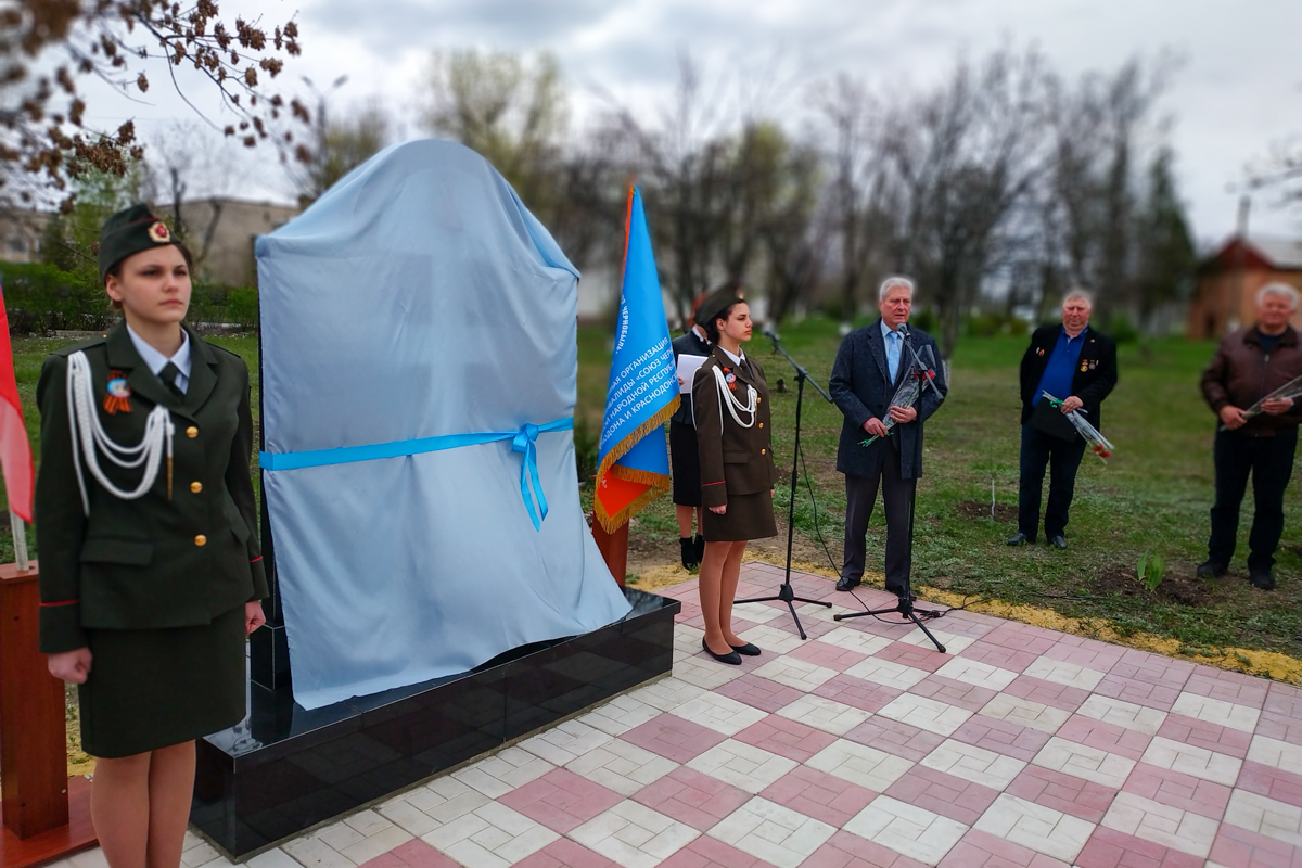 В поселке Новосветловка состоялось открытие памятного знака «Колокол Чернобыля»