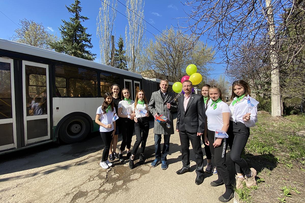 Алчевские активисты ОД «Мир Луганщине» поздравили представителей рабочих профессий с праздником Весны и Труда