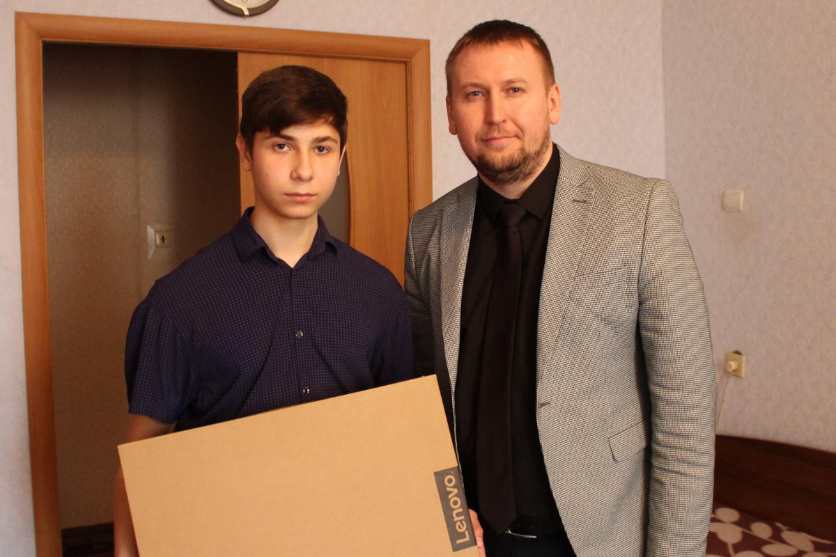 Денис Мирошниченко подарил ноутбук подростку, который подорвался на мине в Славяносербском районе