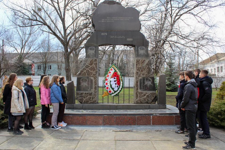 Для школьников Кировска провели экскурсию по памятным местам города 3