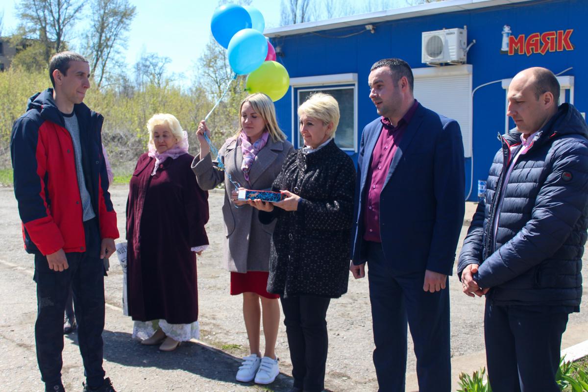 В Славяносербске с Праздником Весны и Труда поздравили молодых специалистов 1