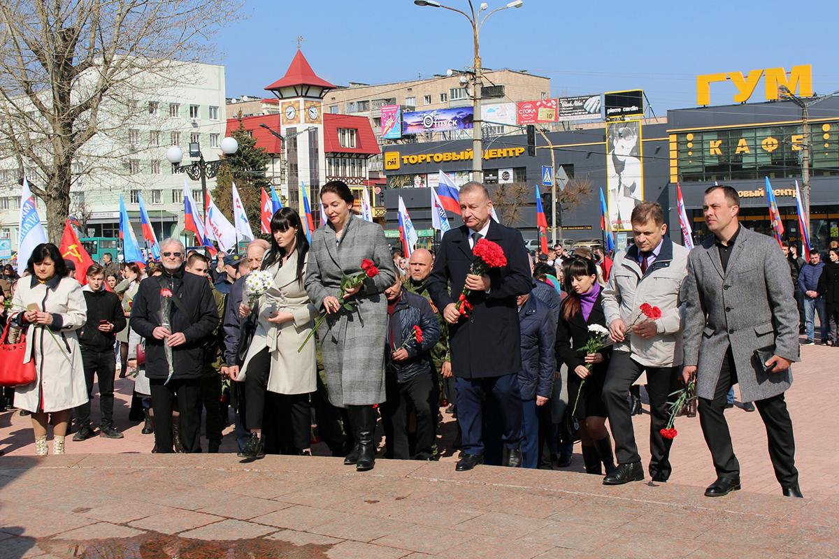 В Луганске отметили седьмую годовщину взятия под контроль здания управления СБУ