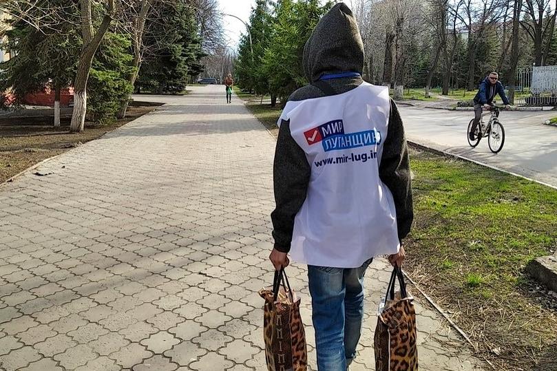 В рамках акции «Рука помощи» волонтёры помогли двум пенсионеркам из Антрацита