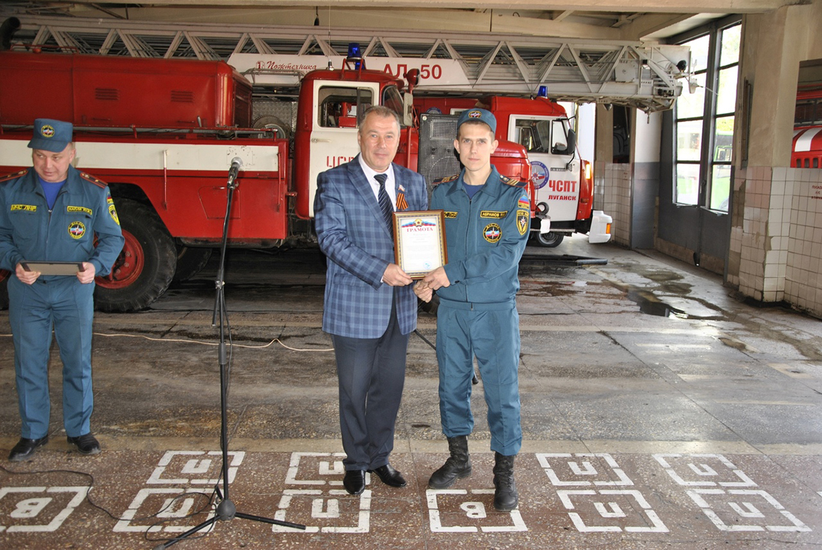 Депутат Юрий Юров поздравил пожарных Жовтневого района с профессиональным праздником