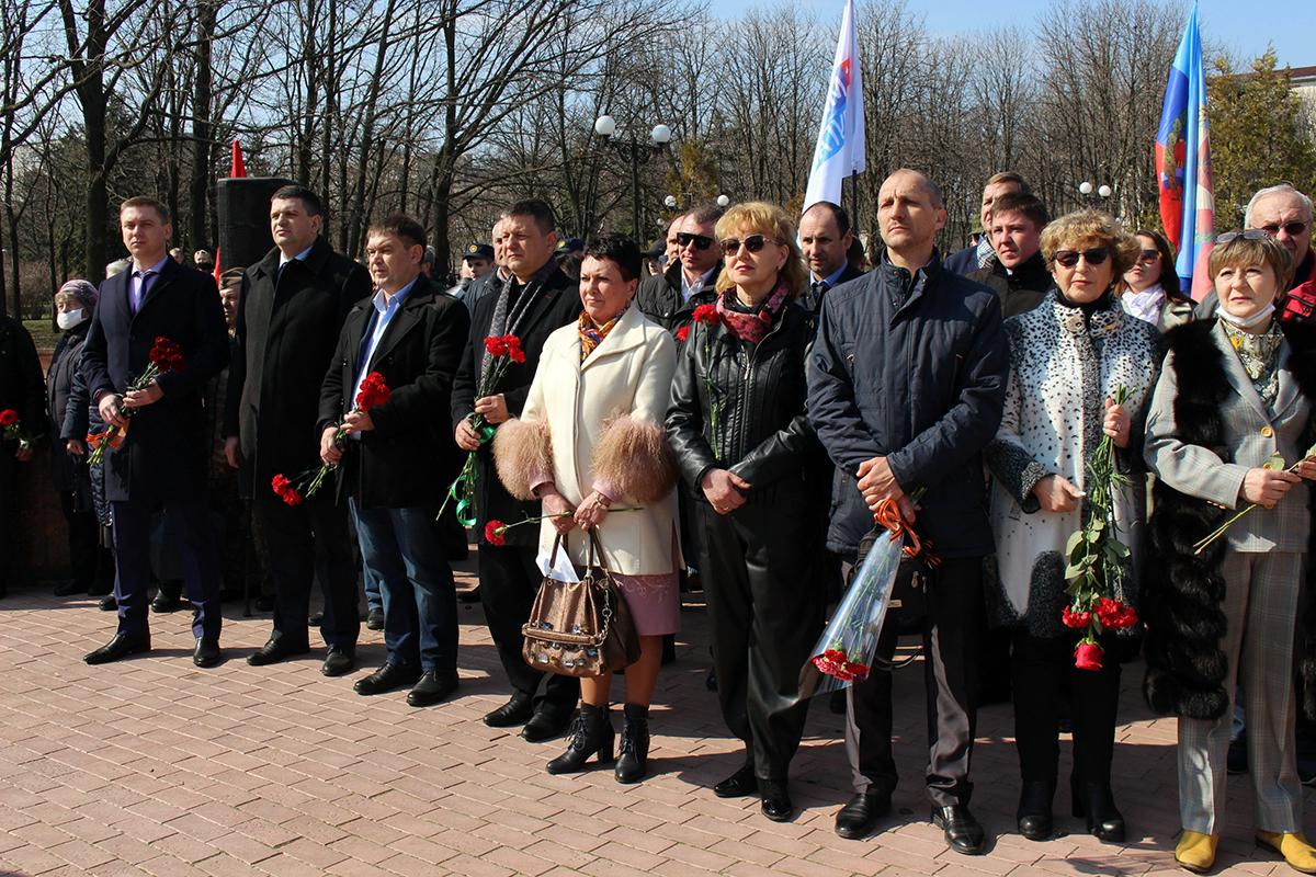 В Луганске отметили седьмую годовщину взятия под контроль здания управления СБУ 5