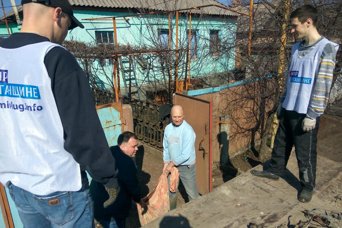 Работники ОД «Мир Луганщине» в разных городах ЛНР помогли жителям в рамках акции «Начни с себя»