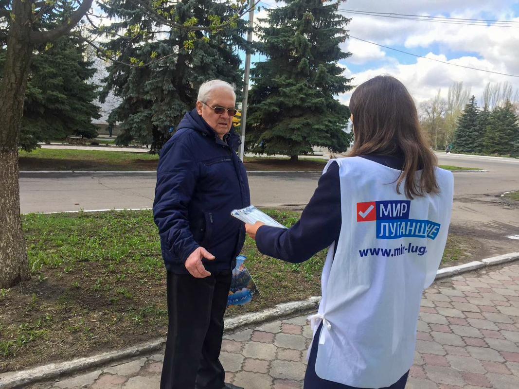 Более 100 медицинских масок активисты раздали жителям Первомайска