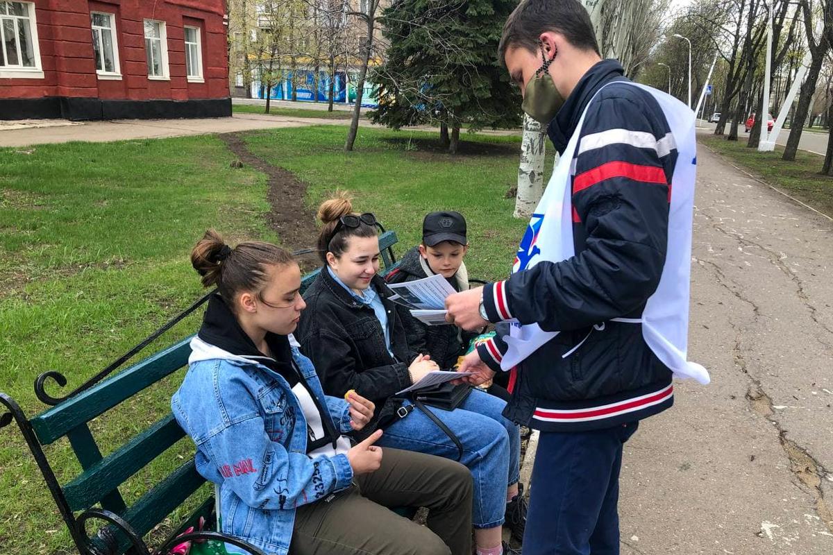 Активисты Стаханова провели акцию к годовщине подписания указа об упрощенном получении гражданства РФ жителями Донбасса