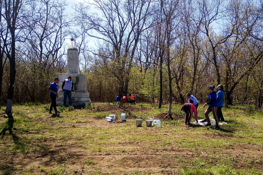Депутат Андрей Тамбовцев и Лутугинские активисты провели субботник возле братской могилы