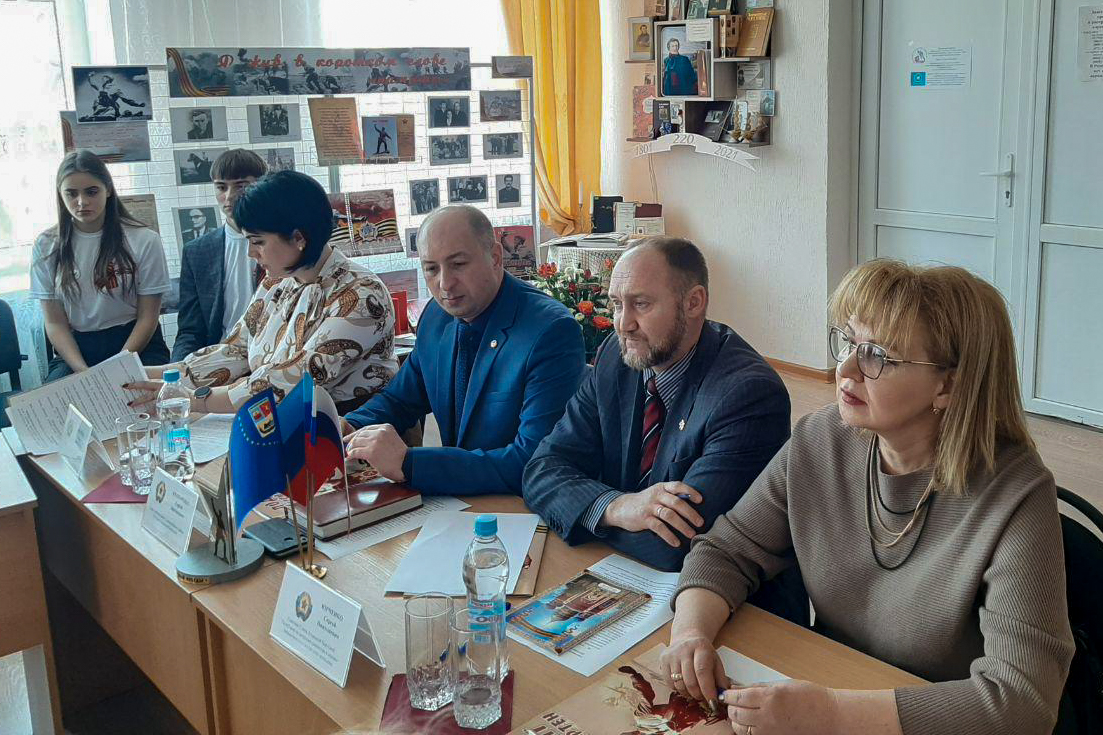 Депутат Анна Мосина приняла участие в заседании круглого стола в Славяносербске