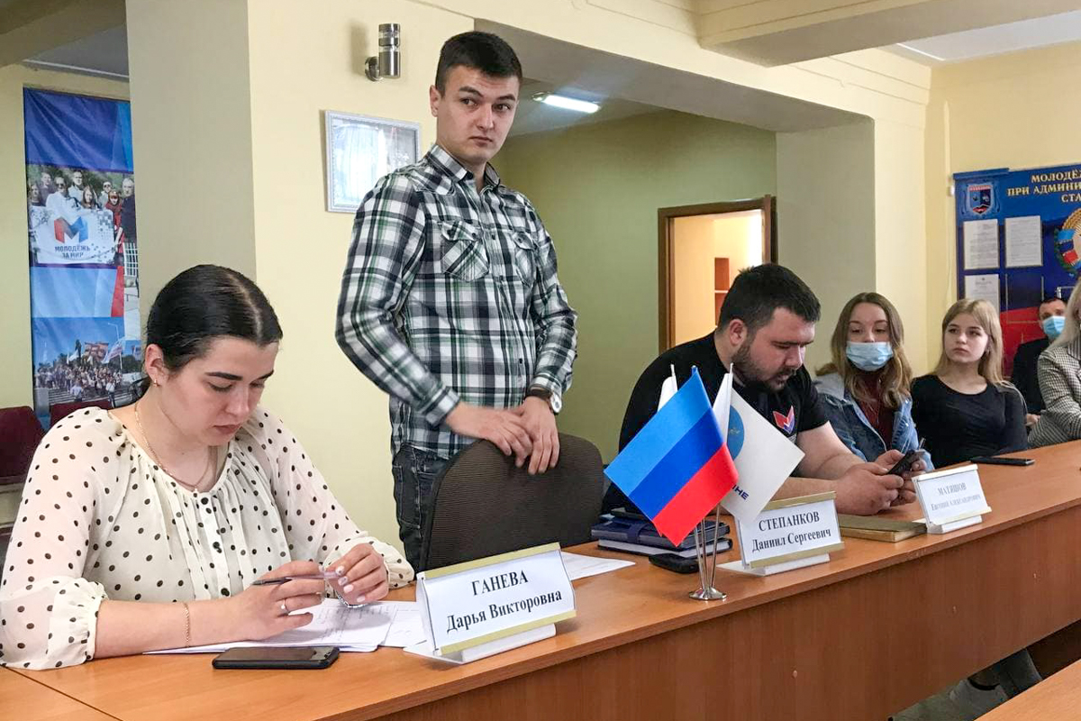 В Стаханове прошла встреча молодежных активистов с координатором проекта «Молодая Гвардия» Даниилом Степанковым