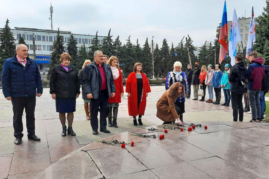 В Антраците возложили цветы к памятнику космонавта Владимира Афанасьевича Ляхова