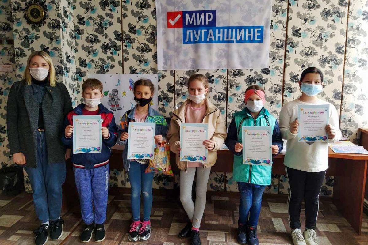 Выставка рисунков и поделок «Мир космоса» прошла для школьников посёлка Металлист