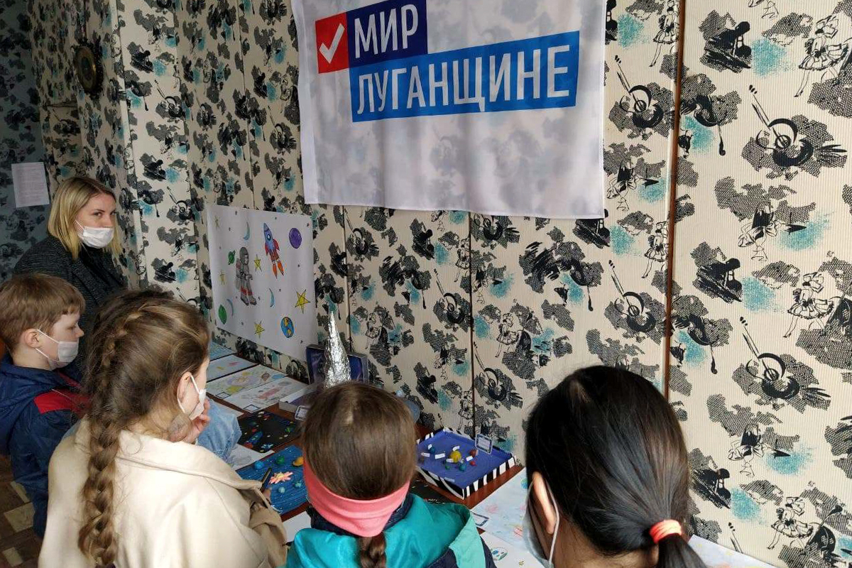 Выставка рисунков и поделок «Мир космоса» прошла для школьников посёлка Металлист 3