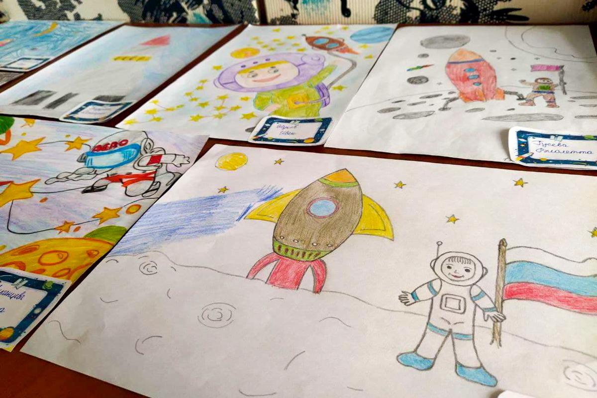 Выставка рисунков и поделок «Мир космоса» прошла для школьников посёлка Металлист 5