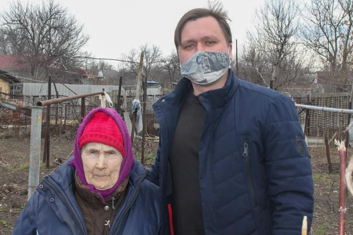 В рамках акции «Начни с себя» работники ОД «Мир Луганщине» помогли жителям разных городов ЛНР