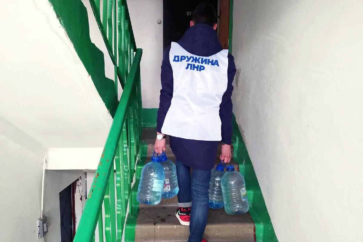 В рамках акции «Рука помощи» волонтеры Стаханова оказали помощь двум жителям города