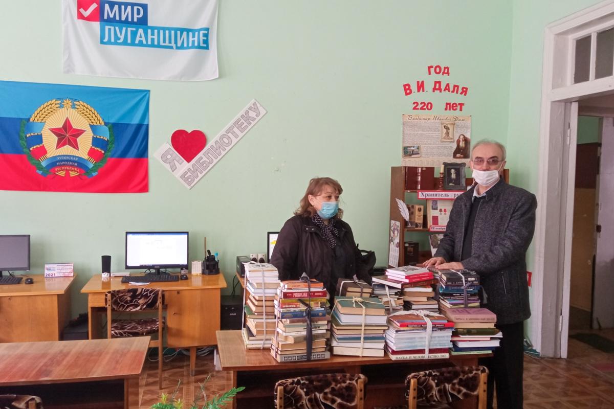 Активисты Кировска передали книги в городскую библиотеку 2