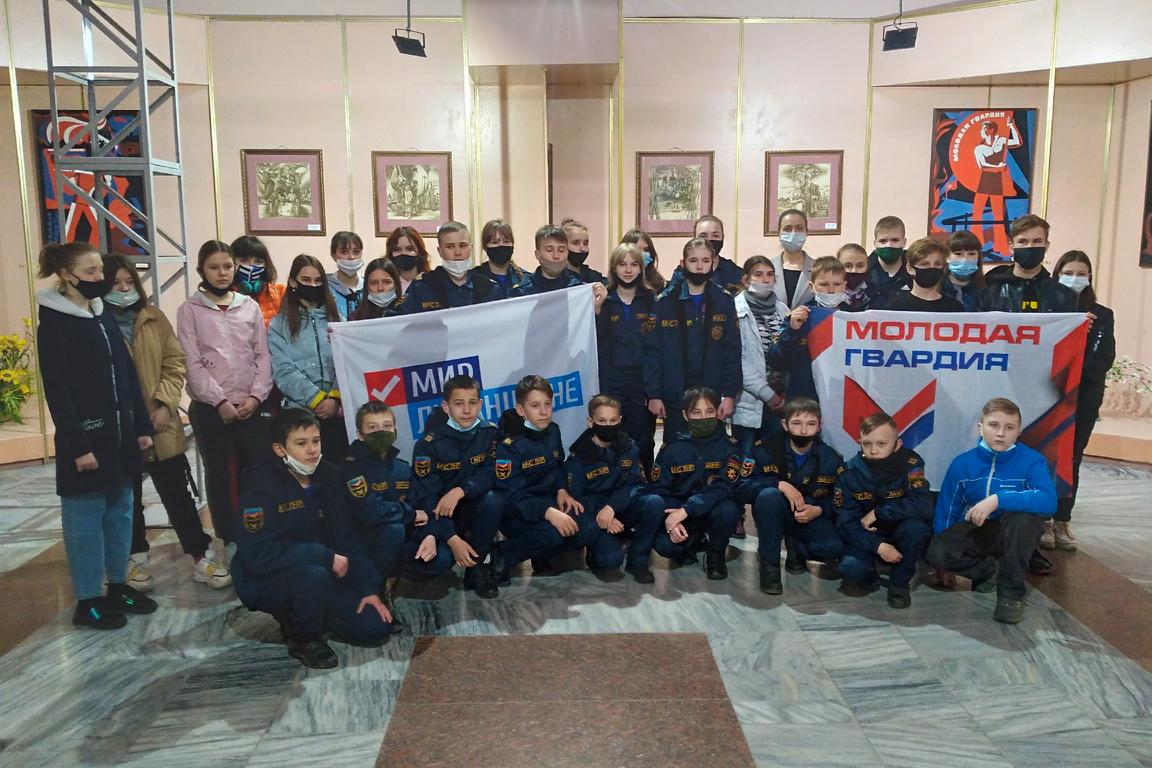 Молодёжь Свердловска посетила открытие выставки произведений луганских художников «Дороже жизни – Родина» 3