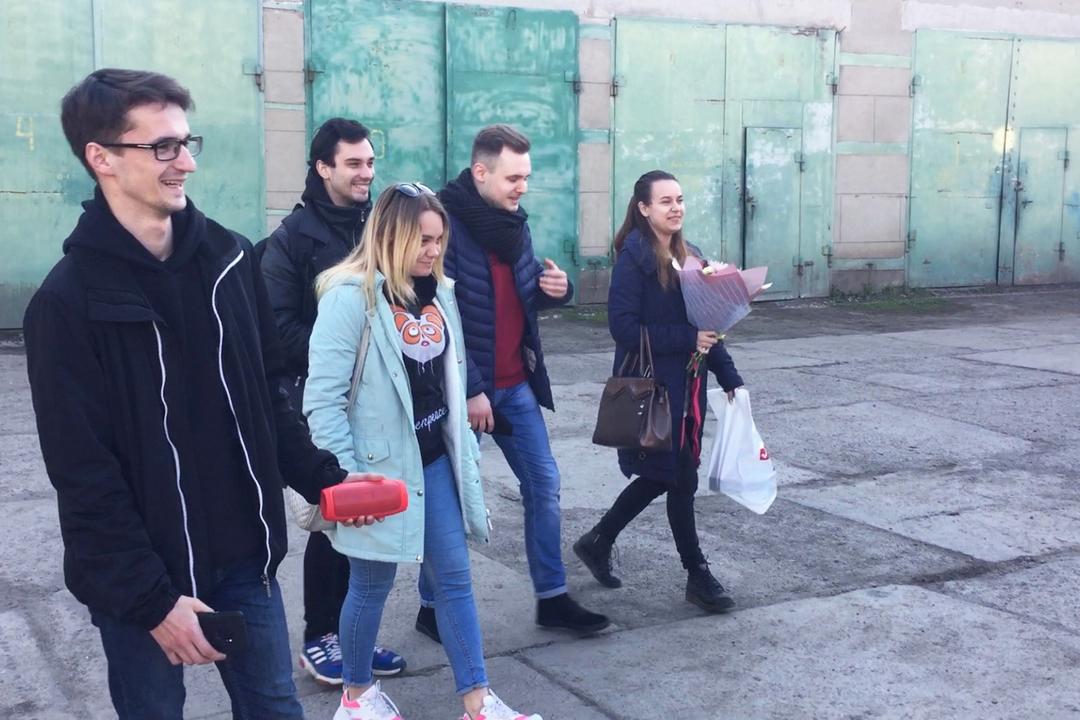 В Лутугино активисты поздравили слесаря Артёма Дьяченко с праздником Весны и Труда