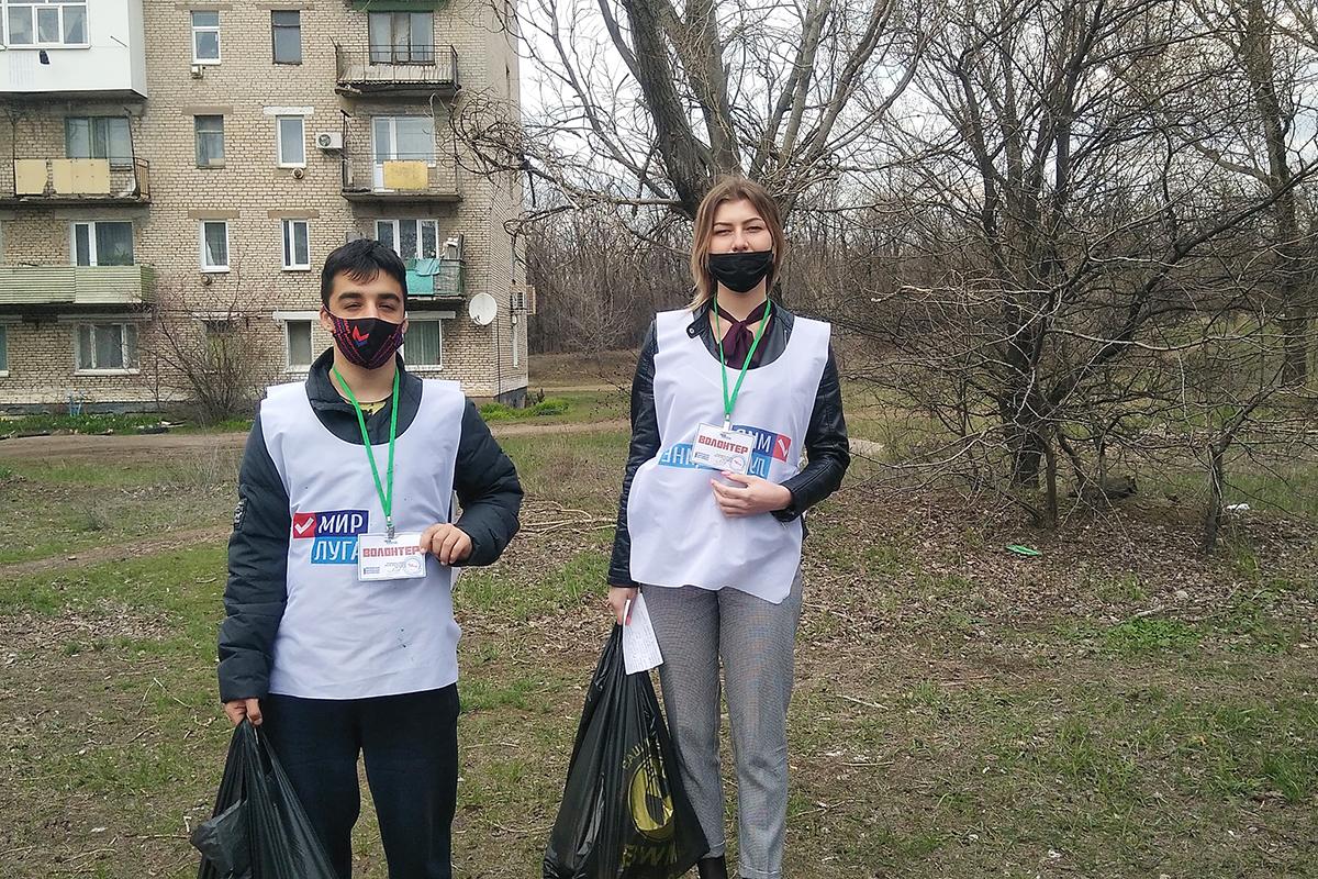 В Красном Луче волонтёры акции «Рука помощи» помогли двум пенсионеркам