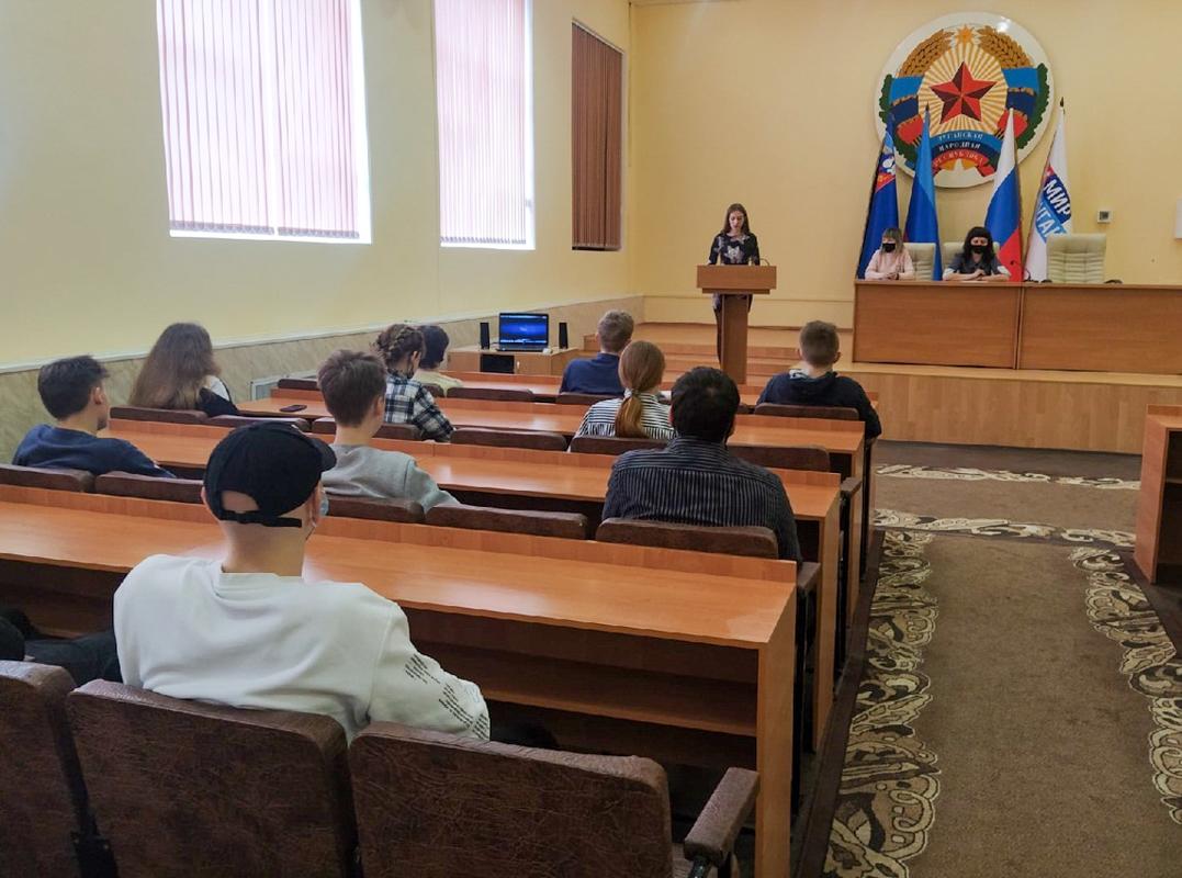Молодёжь Перевальска почтила память жертв украинской агрессии